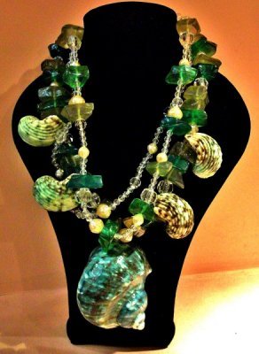 """MOSCHINO VINTAGE SHELL NECKLACE<br /> VEDI FOTO: <a href=""""https://www.facebook.com/BalevinLuxuryVintage/photos/pcb.828551313906081/1009284229089412/?type=3&theater"""" title=""""VAI ALL'ALBUM FOTOGRAFICO"""">CLICCA QUI<br /> #moschino #necklace #versace #vintage #gaultier #nextvintage<br /> <br type=""""_moz"""" /> </a>"""